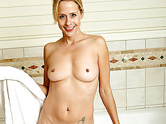 Milf Vids: Payton leigh lets anilos.com join her for a steamy bubble bath