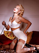 Pin-up perfection! Check out the gorgeous Jana Cova in one of the last shoots of her career, stepping in front of the camera one more time for Suze.net!