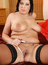 Milf Nippels, Thick and curvy matured newbie Bea toys her rear end.