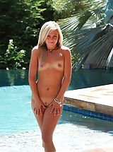 naked models, Kelly spreads her pussy at the pool